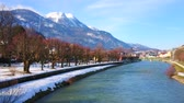mauvaise herbe : The scenic winter park stretches along the bank of Traun river, the snowy Mount Katrin is seen on background, Bad Ischl, Salzkammergut, Austria.