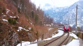 calcário : HALLSTATT, AUSTRIA - FEBRUARY 21, 2019: The modern train arrives to Hallstatt Bahnhof railway station, located at the foot of Sarstein mount on the bank of Hallstattersee, on February 21 in Hallstatt Vídeos