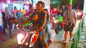 AO NANG, THAILAND - APRIL 27, 2019: The crowded alley of the night market with bikers, taking part in Ao Nang Bike Week, holding here, on April 27 in Ao Nang Vídeos