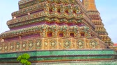 скульптура : The masterpiece floral faience decoration  of stupa of Phra Maha Chedi Si Rajakarn with carved and painted details, Wat Pho, Thailand Стоковые видеозаписи