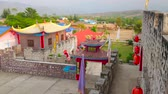village chinois : SANTICHON, THAILAND - MAY 5, 2019: Observe the scenic fortress-like architecture of Chinese Yunnan cultural village, located next to Pai, on May 5 in Santichon Vidéos Libres De Droits