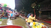 casa galleggiante : DAMNOEN SADUAK, THAILAND - MAY 13, 2019: Make some shopping, choosing foods, fruits and souvenirs in sampans (boats) of Ton Khem floating market vendors, on May 13 in Damnoen Saduak Filmati Stock