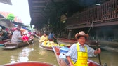 casa galleggiante : DAMNOEN SADUAK, THAILAND - MAY 13, 2019: Enjoy the boat trip along busy and noisy narrow canal of Ton Khem floating market, full of souvenir and food vendors, on May 13 in Damnoen Saduak