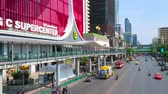hypermarché : BANGKOK, THAILAND - APRIL 24, 2019: Modern shopping district with a view on busy Ratchadamri Road, lined with supermarkets, malls and business centers of Pathum Wan, on April 24 in Bangkok