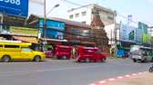 Чеди : CHIANG MAI, THAILAND - MAY 4, 2019: The busy road at the fortress wall of old town with a viw on ancient ruins of chedi, sandwiched between the stores and cafes, on May 4 in Chiang Mai