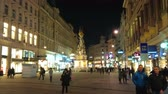 kolumny : VIENNA, AUSTRIA - FEBRUARY 18, 2019: Walk the brightly illuminated Graben street and watch its historical architecture and monuments, such as Plague or Holy Trinity Column, on February 18 in Vienna.