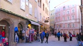 úzký : SALZBURG, AUSTRIA - FEBRUARY 27, 2019: The narrow shopping street of Altstadt (old town) with many small stores, offering sport stuff, clothes, souvenirs and local foods, on February 27 in Salzburg