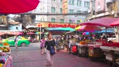 китайский квартал : BANGKOK, THAILAND - MAY 15, 2019: The narrow alley of Yaowarat road in Chinatown with many outdoor cafes, restaurants, street food and souvenir stalls, on May 15 in Bangkok