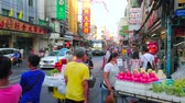 grelhar : BANGKOK, THAILAND - APRIL 23, 2019: Heavy traffic, vendors with food carts and chaotic pedestrian movement in Yaowarat road of Chinatown, on April 23 in Bangkok Stock Footage