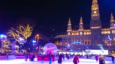 historique : VIENNA, AUSTRIA - FEBRUARY 18, 2019: The ice skating rink in bright evening lights and Town Hall (Rathaus) building on background, on February 18 in Vienna.