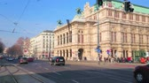 barok : VIENNA, AUSTRIA - FEBRUARY 18, 2019: The traffic in busy Ringstrasse avenue with a view on splendid Wiener Staatsoper - the State Opera theatre, on February 18 in Vienna. Wideo