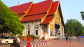 veren : CHIANG MAI, THAILAND - MAY 2, 2019: Stunning architecture of Main Viharn Hall (Phra Viharn Luang) of historical Wat Chedi Luang complex, on May 2 in Chiang Mai Stok Video