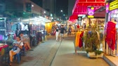 рынок : CHIANG MAI, THAILAND - MAY 2, 2019: The narrow alley, lined with stores and stalls of Night Market, stretches along Chiangklan Road, on May 2 in Chiang Mai Стоковые видеозаписи