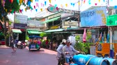 рынок : BANGKOK, THAILAND - APRIL 22, 2019: The pedestrian Ram Buttri street with hotels, cafes, restaurants, massage salons, tourist agencies and street food carts, on April 22 in Bangkok