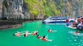Ásia sudeste : PHIPHI LEH, THAILAND - APRIL 27, 2019: The group of tourists performs the figures of synchronized swimming in Pileh Bay lagoon of Phi Phi Leh Island, on April 27 in PhiPhi Leh
