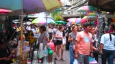 menschenmenge : BANGKOK, THAILAND - MAY 12, 2019:  Crowded Sampeng Lane market (Soi Wanit alley) of Chinatown with cart of coffee seller, making different refreshing drinks, on May 12 in Bangkok