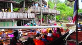 рынок : DAMNOEN SADUAK, THAILAND - MAY 13, 2019: High activity of boats, floating through the narrow canal (klong) of Ton Khem floating market, lined with stall, shops and cafes, on May 13 in Damnoen Saduak