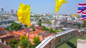 parken : BANGKOK, THAILAND - APRIL 24, 2019: The bright yellow Royal Flags are waving on the wind on the upper platform of the Wat Saket (Golden Mount) temple, on April 24 in Bangkok