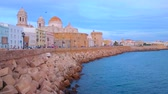 океан : CADIZ, SPAIN - SEPTEMBER 19, 2019: Evening Campo del Sur avenue with a view on historical housing, rampart, Cathedral, medieval Santa Cruz Church and coast of Atlantic Ocean, on September 19 in Cadiz