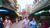 рынок : BANGKOK, THAILAND - MAY 12, 2019: People walk the market streets of Chinatown with small stores, stalls, outdoor cafes, street food sellers, shabby buildings and hotels, on May 12 in Bangkok