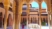 tribunal : GRANADA, SPAIN - SEPTEMBER 25, 2019: Panorama of Court of Lions with Lion fountain, seen through the pillars, covered with fine muqarnas and sebka, Nasrid Palace, Alhambra, on September 25 in Granada Vídeos