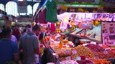 wachtrij : MALAGA, SPAIN - SEPTEMBER 28, 2019: The crowd at the stall of Atarazanas central market, offering different pickles, spicy olives, dried tomatoes and smoked fish, on September 28 in Malaga