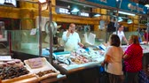 menschenmenge : JEREZ, SPAIN - SEPTEMBER 20, 2019: The fresh fish section of Central Abastos Market with wide range of Atlantic Ocean fish and seafood, on September 20 in Jerez