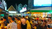 рынок : PATONG, THAILAND - MAY 1, 2019: The crowded food court of evening resort, people enjoy Thai and Chinese food of local outdoor restaurants, on May 1 in Patong Стоковые видеозаписи