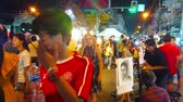 рынок : CHIANG MAI, THAILAND - MAY 4, 2019: The busy crowded Wualai walking street of Saturday Night Market with row of painters, offering quick sketch portrait drawing service, on May 4 in Chiang Mai Стоковые видеозаписи