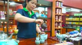 saco : CHIANG RAI, THAILAND - MAY 10, 2019:  Experienced employee performs the oolong tea making demonstration at the counter of Suwirun tea shop, on May 10 in Chiang Rai Stock Footage