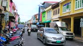 barok : PHUKET, THAILAND - APRIL 30, 2019: The heavy traffic through the Thalang Road of Old Town with preserved medieval housing in Sino-Portuguese style, on April 30 in Phuket Wideo