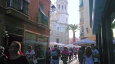 eski moda : CADIZ, SPAIN - SEPTEMBER 19, 2019: Noisy and crowded Calle Pelota street, leading to the Cathedral square with many outdoor cafes, bars and medieval Cathedral building, on September 19 in Cadiz
