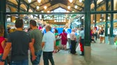menschenmenge : JEREZ, SPAIN - SEPTEMBER 20, 2019: The crowded hall of fresh fish and seafood division in historic Mercado Central de Abastos (Central Abastos Market), on September 20 in Jerez Videos