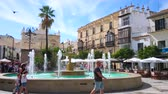 menschenmenge : SANLUCAR, SPAIN - SEPTEMBER 22, 2019: The crowded Plaza del Cabildo square, decorated with scenic fountain, is lined with popular tourist restaurants and old townhouses, on September 22 in Sanlucar