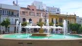 menschenmenge : SANLUCAR, SPAIN - SEPTEMBER 22, 2019: People walk the Plaza del Cabildo square with old fountain, cozy cafes and bars, historic edifices, on September 22 in Sanlucar Videos