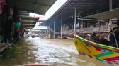 ton : DAMNOEN SADUAK, THAILAND - MAY 13, 2019: Enjoy the sampan (boat) tour along authentic Ton Khem floating market, famous for the maze of narrow canals and numerous stalls, on May 13 in Damnoen Saduak Stok Video