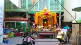 orchidea : BANGKOK, THAILAND - APRIL 23, 2019: The golden shrine with King statue in courtyard of Yodpiman (Pak Khlong Talat) flower market, on April 23 in Bangkok Wideo
