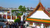 quai : BANGKOK, THAILAND - APRIL 23, 2019: The shrine of Wat Arun, located on Chao Phraya river bank with a view on Grand Palace roofs on the opposite bank, on April 23 in Bangkok Vidéos Libres De Droits