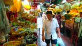 vyrobit : BANGKOK, THAILAND - MAY 15, 2019: Shady alley of Sampeng lane food market, local stalls offer noodles, dry calamari, heaps of savory herbs, spices, rice noodles and oolong tea, on May 15 in Bangkok