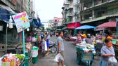 vyrobit : BANGKOK, THAILAND - MAY 13, 2019: The busy street of Saphan Khao Fruit Market in Dusit district; street food carts and stalls offer takeaway foods and snacks, on May 13 in Bangkok Dostupné videozáznamy