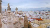 barok : CADIZ, SPAIN - SEPTEMBER 19, 2019: Aerial view of Santiago Apostol church, rising over the old town roofs, on September 19 in Cadiz