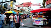 menschenmenge : BANGKOK, THAILAND - MAY 12, 2019: The crowd at the gate of Itsara Nuphap street food market with carts and stalls, full of snacks, drinks and foods, Chinatown, on May 12 in Bangkok