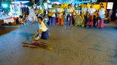 vecht : CHIANG MAI, THAILAND - MAY 4, 2019: The young man performs exotic battle dance with risky sword show at Saturday Night Market in Wualai walking street, on May 4 in Chiang Mai