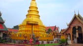 veren : LAMPHUN, THAILAND - MAY 8, 2019: Panorama of Wat Phra That Hariphunchai Temple with Viharn (hall) Phra Chao Lawo, Phra Maha That gilt Chedi, large Viharn Luang and Ho Trai library, on May 8 in Lamphun