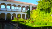 tribunal : GRANADA, SPAIN - SEPTEMBER 25, 2019: The topiary garden, flower beds, pond, fountain and arcades in Court of Sultanas Cypress Tree of Generalife in Alhambra complex, on September 25 in Granada Vídeos