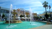 menschenmenge : SANLUCAR, SPAIN - SEPTEMBER 22, 2019: Refreshing jets of the old fountain in Plaza del Cabildo square attract people to spend time here, on September 22 in Sanlucar