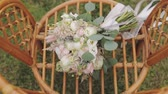 fede nuziale : Beautiful wedding bouquet on the chair.