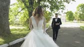 fede nuziale : The groom runs for the bride in a park. Wedding couple. Happy family. Man and woman in love. Lovely groom and bride. Wedding day. Slow motion