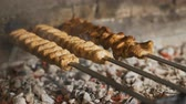 pinchos de carne : Cook roasts juicy kebab barbecue on the grill slowmotion Archivo de Video