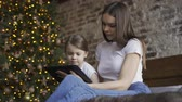 madres : Mother and daughter using a tablet together Archivo de Video